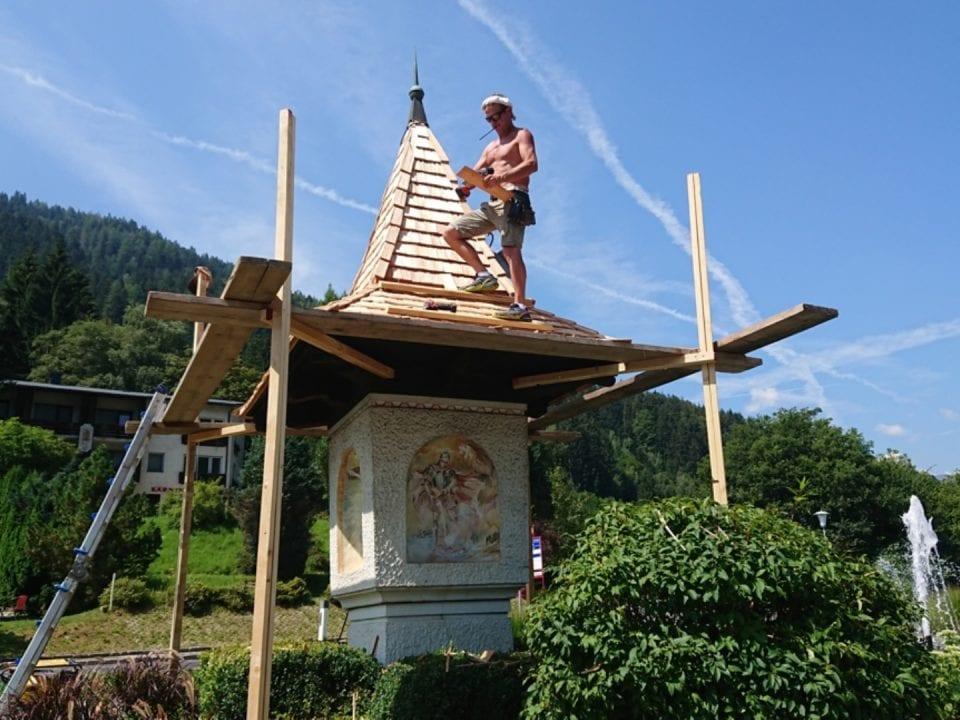 Das Dach des Marterls wird neu gedeckt.