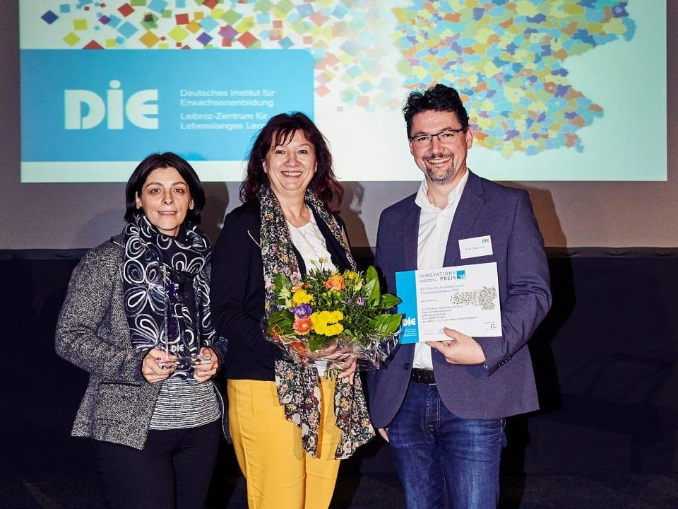 Die Preisträger E. Sandriesser (re), P. Strohmaier (li) und LAG-Managerin I. Primosch