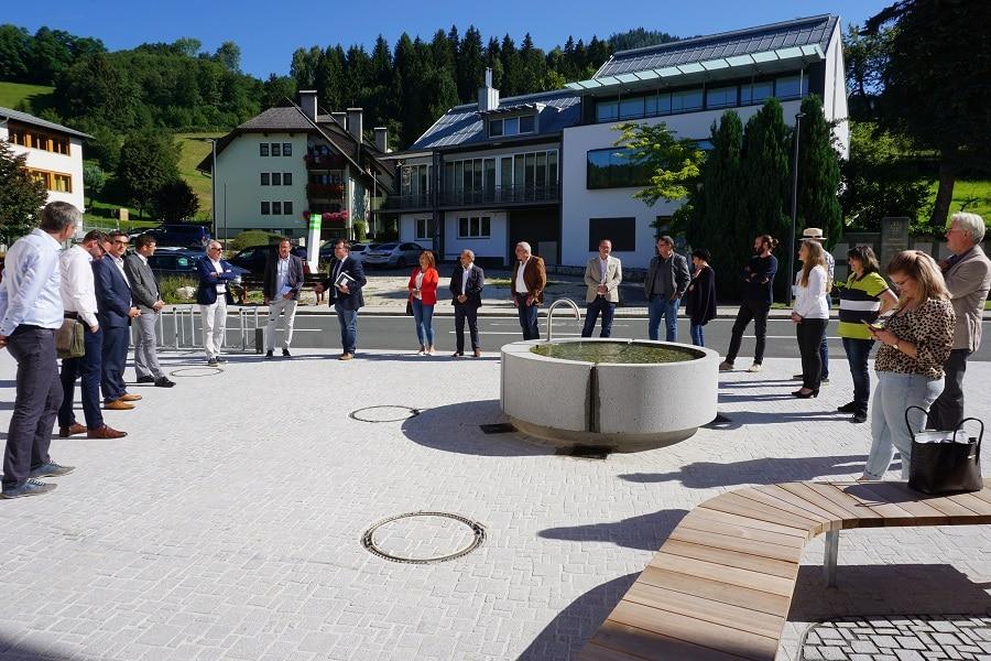 Die Besucher am neuen Dorfplatz (Foto copy_Gemeinde Arriach)